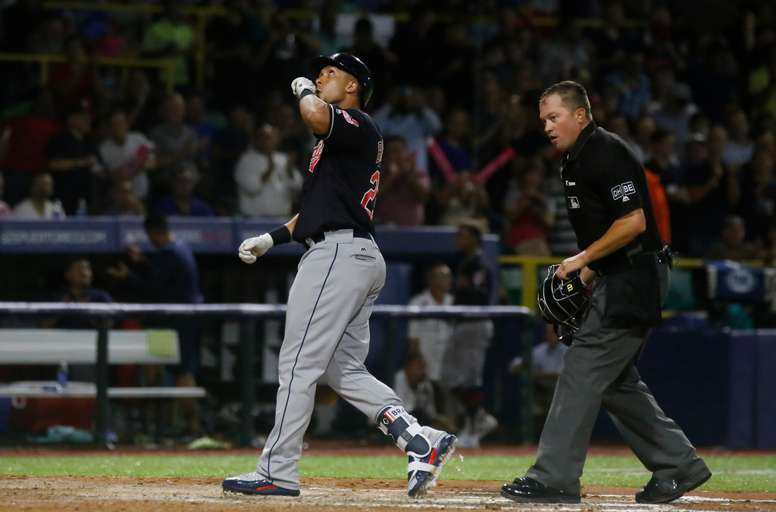 Michael Brantley (i) de los Indios. EFE/Archivo