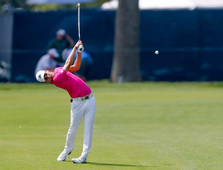El golfista chileno Joaquin Niemann golpea la pelota en el cuarto hoyo durante la primera ronda del 100° Campeonato de la PGA en el club Bellerive de San Luis, Misuri (Estados Unidos). EFE