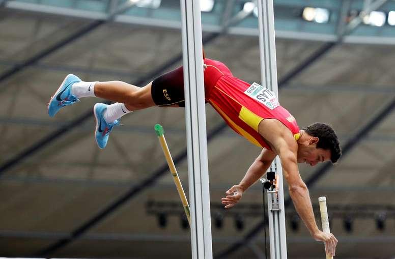 El español Adrián Vallés, en la ronda de clasificación del salto con pértiga de los Europeos de Berlín. EFE