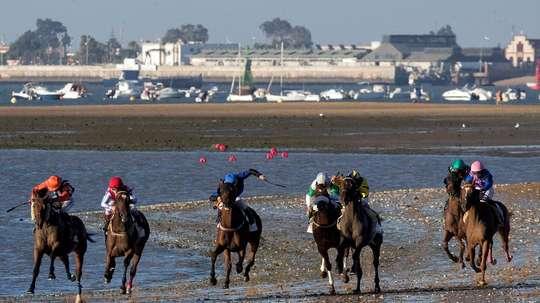 Una de las pruebas del primer ciclo de la 173ª edición de las carreras de caballos en las playas de Sanlúcar de Barrameda (Cádiz). EFE