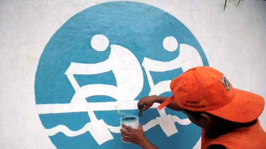 Un trabajador indonesio pinta un muro para los próximos Juegos Asiáticos 2018 en Yakarta (Indonesia). EFE