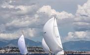 Los barcos Cippino II (der) seguido por el Fjord III (izq) durante la competición de la Clase Época Bermudiana de la regata XXIV Illes Balears Classics, que se celebra en la Bahía de Palma desde el 16 de Agosto al 18 de Agosto. EFE