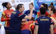El seleccionador español de voleibol, Pascual Saurín, da instrucciones a sus jugadoras durante un partido. EFE/Archivo