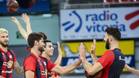 Los argentinos del Kirolbet Baskonia; el pívot Patricio Garino (i), y el base Luca Vildoza (c), bromean con el capitán, el georgiano Tornike Shengelia (d), durante el entrenamiento con el que el equipo ha comenzado hoy la pretemporada tras dos meses de parón. EFE