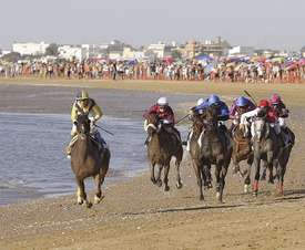 Varios jinetes durante la primera jornada de la 172 edición de las Carreras de Caballos en las playas de Sanlúcar de Barrameda (Cádiz). EFE/Archivo