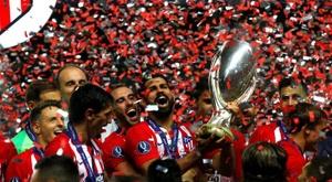 Les supporters verront deux trophées sur le terrain avant le match. EFE