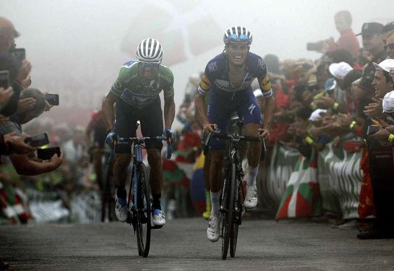 Los corredores españoles Enric Mas (d), del equipo Quick Step, y Alejandro Valverde, del equipo Movistar, cruzan la linea de llegada de la decimoséptima etapa de la Vuelta disputada entre Getxo y el Monte Oiz (Vizcaya), con un recorrido de 157 kilómetros. EFE