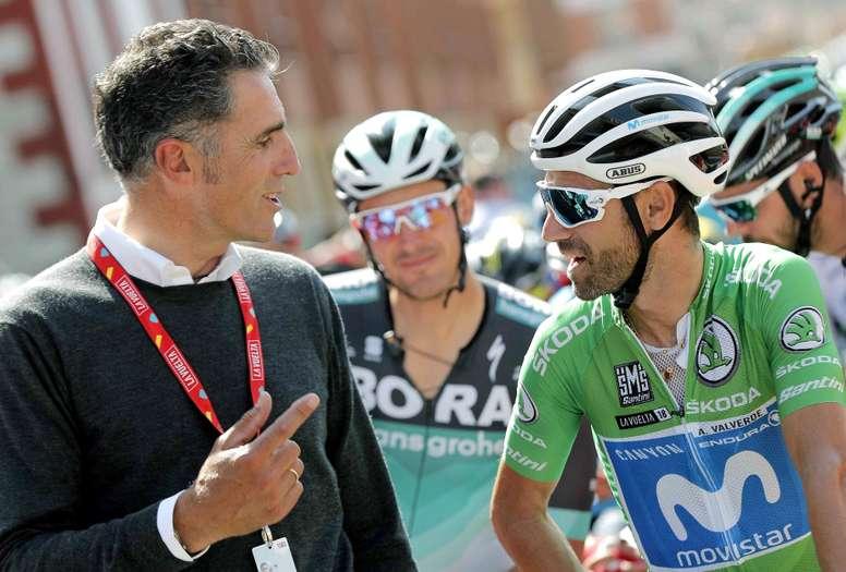 El corredor español del Movistar, Alejandro Valverde (d), conversa con el exciclista Miguel Induráin (i). EFE/Archivo