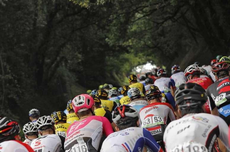 El pelotón durante la decimoséptima etapa de la Vuelta disputada entre Getxo y el Monte Oiz (Vizcaya), con un recorrido de 157 kilómetros. EFE
