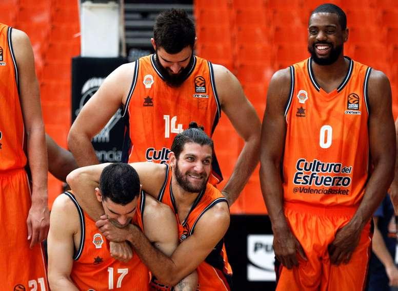 Los jugadores del Valencia Basket, Rafa Martínez (izqda) y Antoine Diot, bromean ante la mirada de sus compañeros Bojan Dubljevic y Will Thomas, durante una presentación. EFE/Archivo