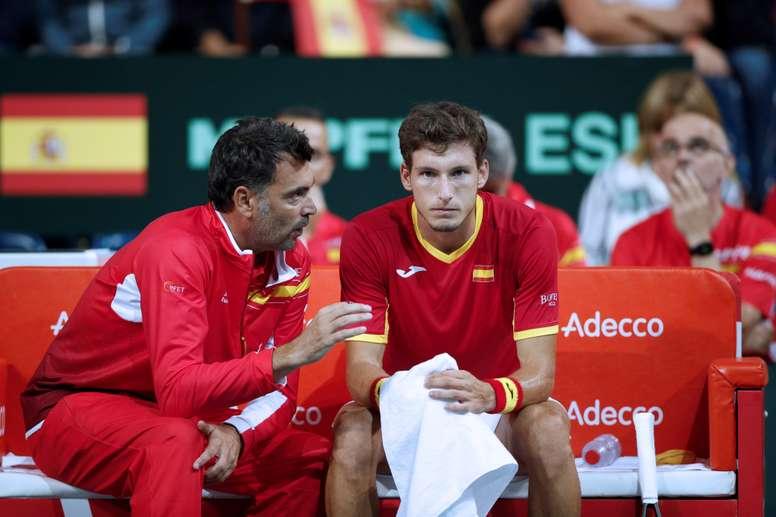 El entrenador español Sergi Bruguera (iz) conversa con el jugador Pablo Carreño durante el partido. EFE