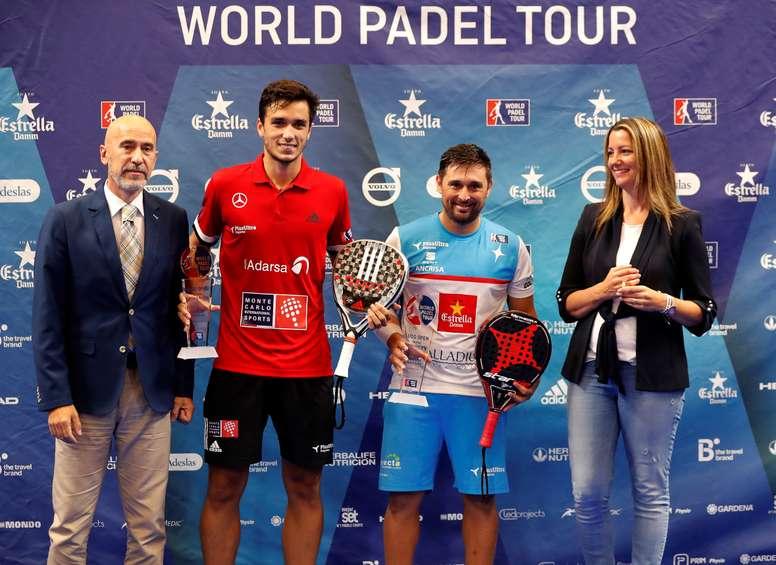 El general de World Padel Tour, Mario Hernando (i), entregaba los trofeos Campeones del torneo. EFE/Archivo