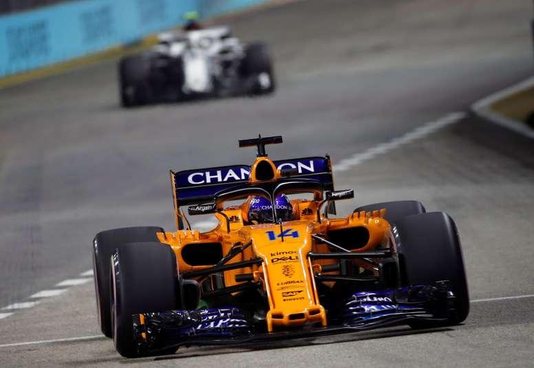 El piloto español de Fórmula Uno Fernando Alonso, de McLaren F1 Team, compite en los entrenamientos libres en el circuito de Marina Bay en Singapur, hoy, 14 de septiembre de 2018. El Gran Premio de Singapur, la carrera nocturna del campeonato de Fórmula Uno, se celebra el próximo 16 de septiembre. EFE