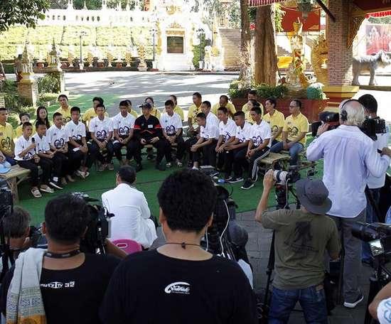 Los niños tailandeses se evadieron por un rato. EFE
