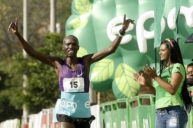 Fotografía tomada en septiembre de 2015 en la que se registró al atleta keniano Joseph Kiprono, al celebrar su victoria en el Medio Maratón de las Flores, en Medellín (Colombia). EFE/Archivo