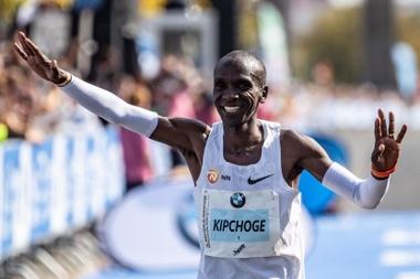 Kenia se rindió este lunes en elogios al atleta Eliud Kipchoge por la gesta que consiguió este domingo en Berlín, donde pulverizó el récord mundial de maratón en una carrera épica. EFE