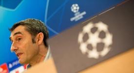 El técnico del FC Barcelona Ernesto Valverde, durante la rueda de prensa que ha ofrecido hoy en la Ciudad Deportiva Joan Gamper antes del entrenamiento que realizará la plantilla barcelonista para preparar el primer partido de la fase de grupos de la Liga de Campeones que disputarán mañana ante el PSV Eindhoven en el Camp Nou de Barcelona. EFE