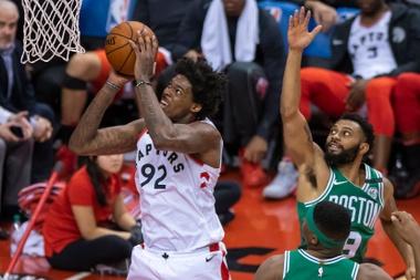 El jugador de los Raptors el brasileño Lucas Nogueira (i) en acción ante Guerschon Yabusele (d-abajo) y Xavier Silas (d-arriba) de los Celtics  durante un partido de baloncesto de la NBA entre Boston Celtics y Toronto Raptors, en Toronto (Canadá). EFE/Archivo