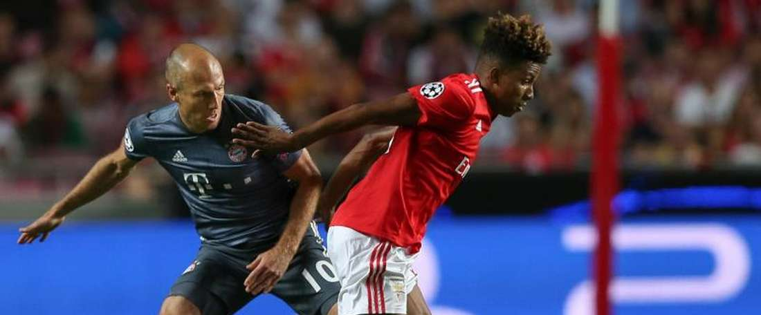 Gedson Fernandes in action against Arjen Robben in the Champions League. EFE