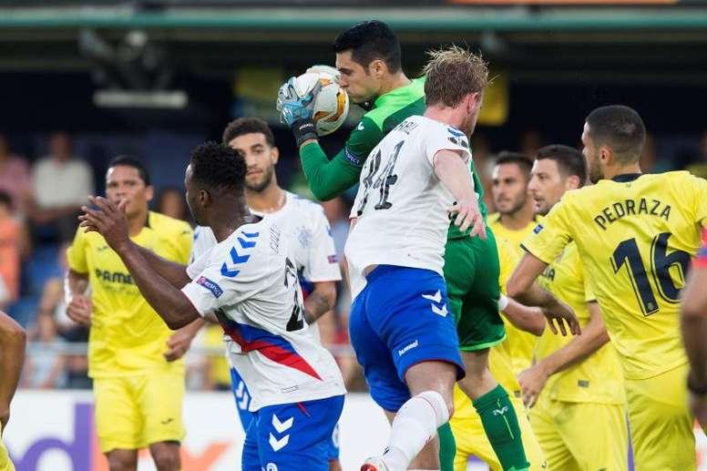 El portero del Villarreal no quiere bajar el nivel en Europa. EFE