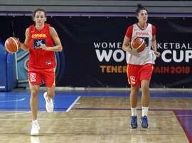 Las jugadoras de la selección española de baloncesto femenino, Laila Palau (i) y Bea Sánchez (d), durante el entrenamiento de ayer en Tenerife previo a la decimoctava edición de la Copa del Mundo de Baloncesto Femenino FIBA 2018 que comienza el próximo sábado. EFE