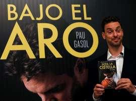 El jugador de los Spurs de San Antonio Pau Gasol, posa duante la presentación en Barcelona de su libro Bajo el aro. EFE/Archivo