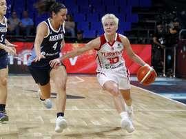 La base turca Isil Alben (d), y la escolta argentina Macarena Rosset (i), durante el partido de la primera jornada de la decimoctava edición de la Copa del Mundo de Baloncesto Femenino FIBA 2018, que tiene lugar en Tenerife. EFE