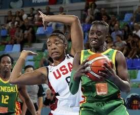 La jugadora senegalesa Yacine Diop (d) protege el balón ante Morgan Tuck, de Estados Unidos, durante el partido de la primera jornada de la fase de grupos de la Copa del Mundo de Baloncesto Femenino FIBA 2018 que se disputa en el pabellón Quico Cabrera, en Santa Cruz de Tenerife. EFE