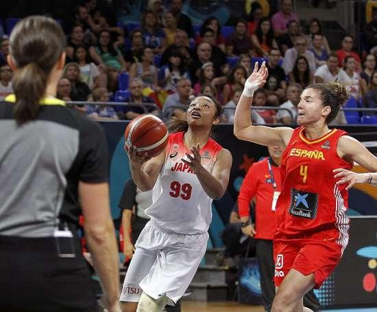 La jugadora japonesa Monica Okote (c) juega la pelota ante Laura Nicholls (d), de España, durante el partido del grupo C de la Copa del Mundo de Baloncesto femenino FIBA 2018 que se disputa esta noche en el pabellón Santiago Martín de La Laguna, en Tenerife. EFE