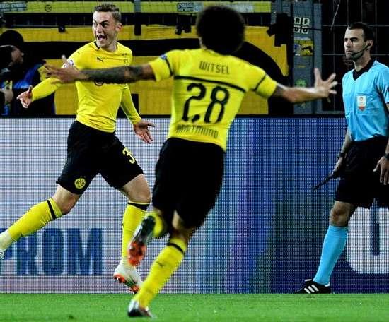Larsen (i), una de las joyas del Borussia Dortmund. AFP