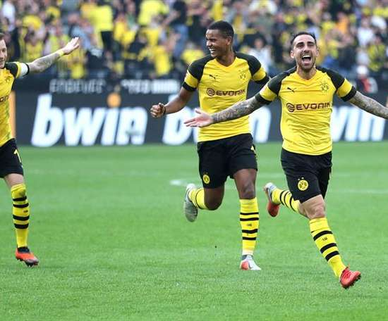 Paco Alcacer celebrates scoring against Bayern. EFE