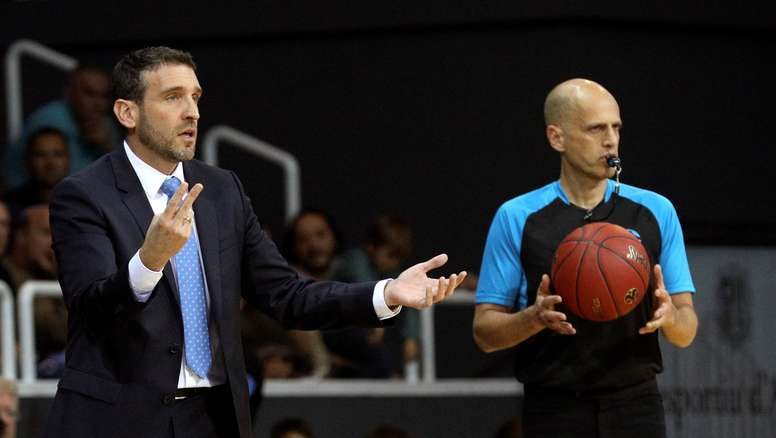 El entrenador del MoraBanc Andorra, Ibon Navarro, durante el partido de la segunda jornada de la Eurocopa de baloncesto, que enfrenta a el MoraBanc Andorra frente al Germani Brescia Leonessa, hoy en el polideportivo de Andorra. EFE