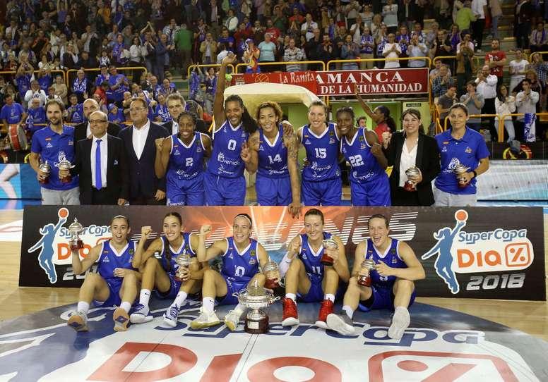 La jugadoras del Perfumerías Avenida celebran su victoria en la Supercopa de España de baloncesto, a la finalización del encuentro que han disputado frente al UniGirona en el pabellón salmantino de Würzburg. EFE