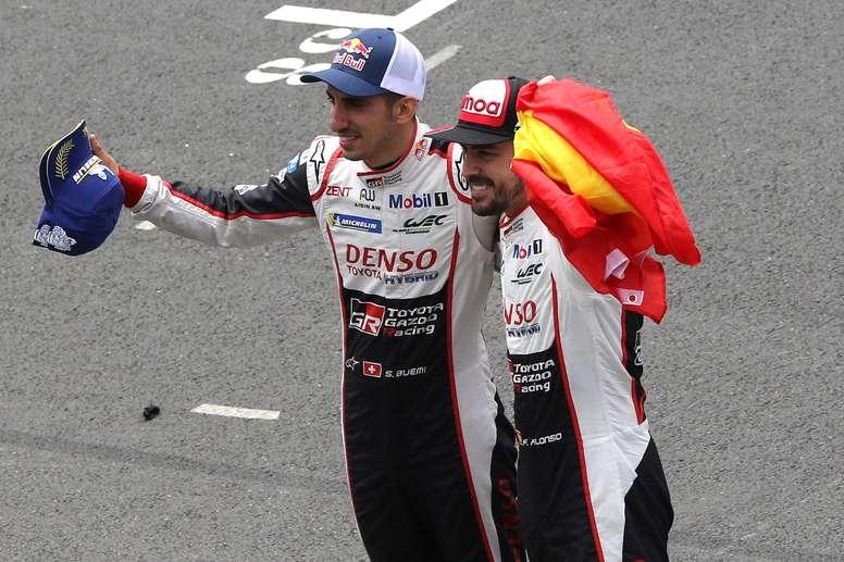 Fernando Alonso (d) y Sebastien Buemi celebran su triunfo en las 24 horas de Le Mans. EFE/Archivo