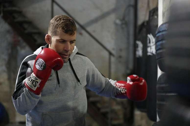Fotografía del 4 de octubre de 2018, muestra al luchador de artes marciales mixtas uruguayo Gastón Reyno durante una sesión de entrenamiento en Montevideo (Uruguay). EFE