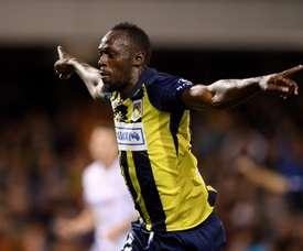 Bolt persigue su sueño de ser futbolista profesional. EFE