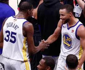 Los jugadores de los Golden State Warriors, Stephen Curry (dcha) y Kevin Durant (izda). EFE/Archivo