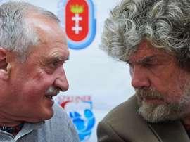 Foto de archivo del alpinista polaco Krzysztof Wielicki (i) y el alpinista italiano Reinhold Messner . EFE/Archivo