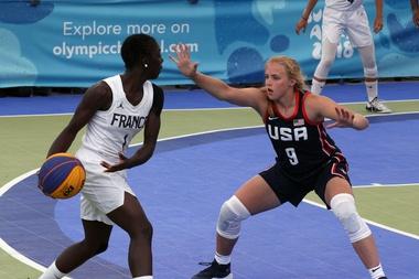 La francesa Diaba Konate (i) en acción ante la estadounidense Hailey van Lith (d) en la final femenina de baloncesto 3x3 durante los Juegos Olímpicos de la Juventud 2018, en Buenos Aires (Argentina). EFE