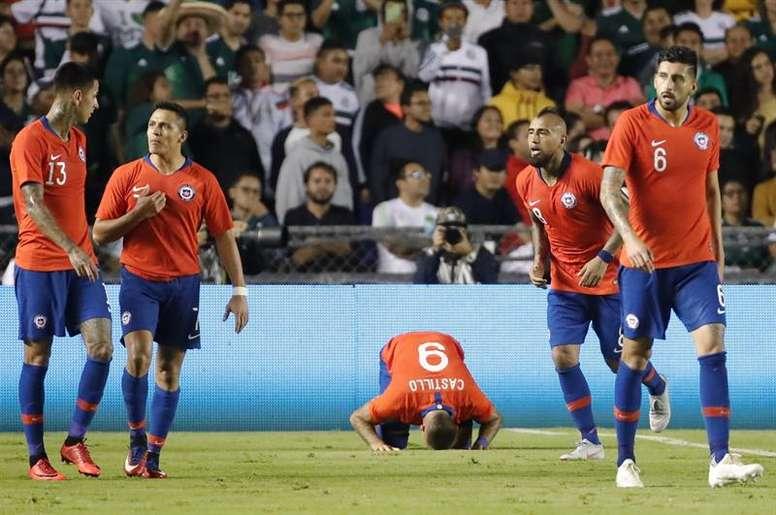Nicolás Castillo (c) puede perderse el primer partido de Copa América. EFE