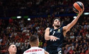 Kaleb Tarczewski (c) de Armani Exchange Milano observa a Facundo Campazzo (d) del Real Madrid durante un partido de baloncesto de la Euroliga  en el Assago Forum, en Milán (Italia). EFE