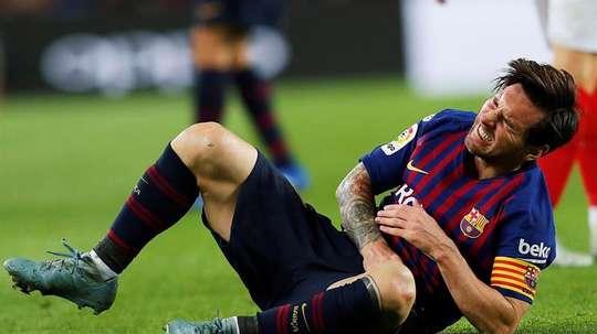 La lesión de Messi ocupó todas las portadas. EFE