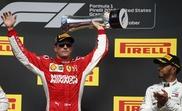 El piloto británico Lewis Hamilton (i), de la escudería Mercedes, aplaude a su rival Kimi Raikkonen (d), de Ferrari, que se impuso en el Gran Premio de Estados Unidos en el circuito de Las Américas en Austin, Texas, Estados Unidos, el 21 de octubre del 2018. EFE