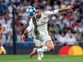 Real Madrid, Dani Carvajal, controla la pelota durante un partido. EFE/Archivo