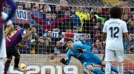 Luis Suarez scoring a penalty past Thibaut Courtois. EFE