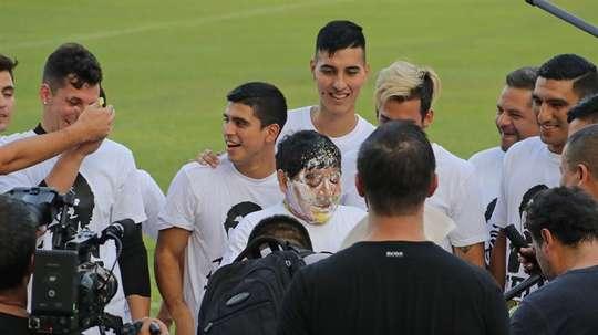 Maradona celebró su cumpleaños en el terreno de juego. EFE