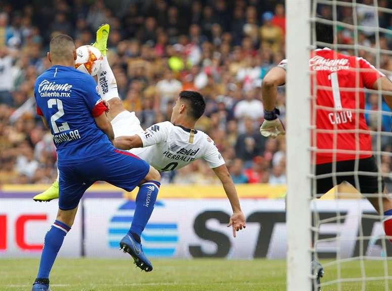 Pumas y Cruz Azul disputan el choque más esperado del fin de semana. EFE