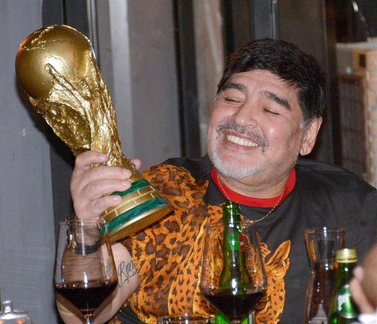 Durante la cena se subastó una réplica de la Copa del Mundo. EFE