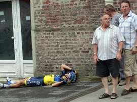 El ciclista australiano Jonathan Cantwell (i) del Saxo Bank-Tinkoff Bank o tras un accidente en el Tour de Francia. EFE/Archivo