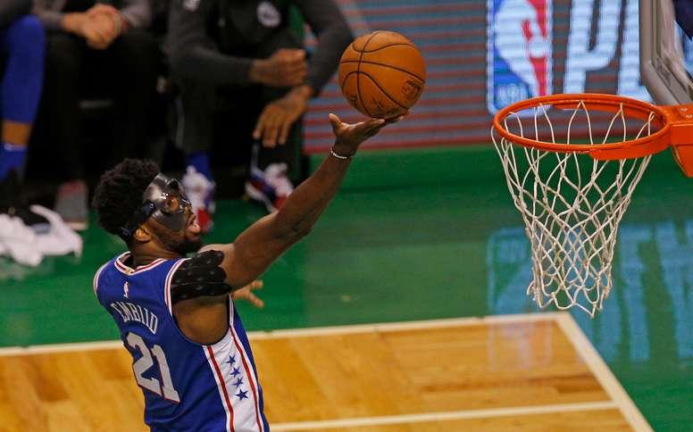 En la imagen, el pívot camerunés Joel Embiid de los Sixers de Filadelfia. EFE/Archivo